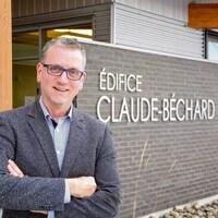 Portrait de M. Soucy devant l'édifice Claude-Béchard