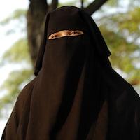 Une femme qui porte un niqab.