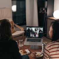 Réunion familiale sur une plateforme de visioconférence