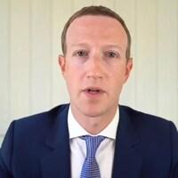 Deux images, côte à côte, de Mark Zuckerberg et Jeff Bezos qui témoignent par vidéoconférence. Celle de Zuckerberg est de meilleure qualité, car Bezos semblait avoir des problèmes de connexion lors de l'audience.