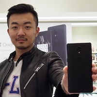 Le cofondateur du fabricant chinois OnePlus Carl Pei présente son nouveau téléphone OnePlus 3T Colette.