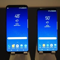 Le Samsung Galaxy S8+ et le Galaxy S8 sur des supports en métal.
