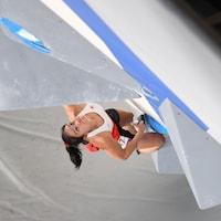Alannah Yip de l'équipe du Canada effectue son épreuve de bloc lors des qualifications en escalade.