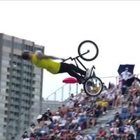 Un athlète de BMX réalise une figure aux Jeux olympiques de Tokyo.