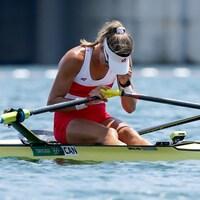 Carling Zeeman, déçue, tête vers le bas, après avoir terminé sa course aux Jeux olympiques de Tokyo.