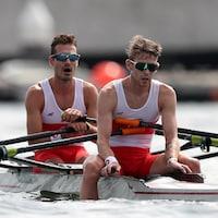Patrick Keane et Maxwell Lattimer, épuisés à la fin de leur course d'aviron aux Jeux olympiques de Tokyo.