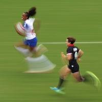 La Française Anne-Cécile Ciofani court avec le ballon à toute vitesse et s'échappe de sa poursuivante canadienne.