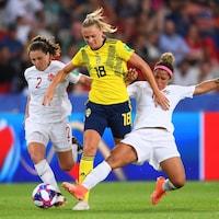 Allysha Chapman et Desiree Scott tentent de tacler l'attaquante suédoise Fridolina Rolfo.