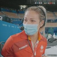 La journaliste Marie-Ève Potvin simule la remise des médailles au micro de l'annonceur olympique.