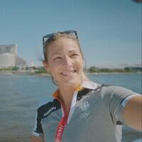 La journaliste Marie-Ève Potvin prend un autoportrait avec les anneaux olympiques.