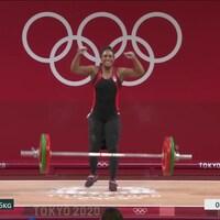 L'athlète canadienne Kristel Ngarlem célèbre son accomplissement alors qu'elle vient de réussir son deuxième essai.