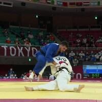 Les judokas Shady El Nahas et Varlam Liparteliani en plein combat lors des quarts de finale.