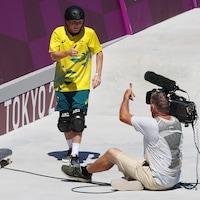 Kieran Woolley (en jaune) fait un signe du pouce au caméraman après s'être entré en collision.