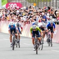 Six cyclistes effectuent un sprint dans les derniers mètres de la course sur route des Jeux de Tokyo.