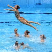 L'équipe canadienne de natation artistique effectue une portée.