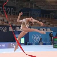 La gymnaste Dina Averina effectue une figure aux Jeux olympiques de Tokyo.