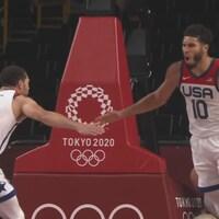 Deux joueurs de basketball se donnent la main après avoir marqué un point.