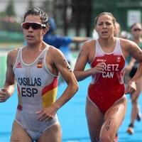 Deux jeunes femmes courent rapidement pendant une épreuve de triathlon.