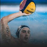 Un joueur de waterpolo se prépare à lancer le ballon.