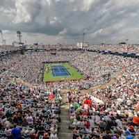 Un stade de tennis rempli l'été.