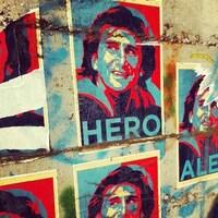 Une affiche d'Alessandro Zanardi collée sur un mur