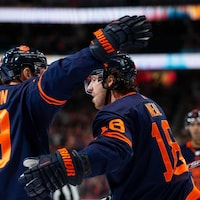 Alex Chiasson félicite James Neal qui vient de marquer lors d'un match de hockey.