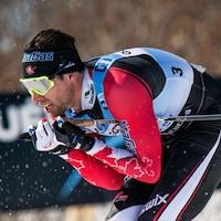 Alex Harvey s'accroupit dans une descente lors de l'épreuve de poursuite de la Coupe du monde de ski de fond à Québec.