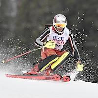 La skieuse descend une pente.