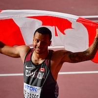 Il fait son tour d'honneur, drapeau canadien en main.