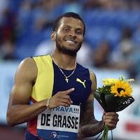 Il sourit pour la caméra après avoir remporté le 200 m des Crampons dorés d'Ostrava, en République tchèque.