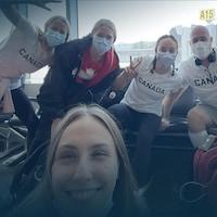 Andrée-Anne Côté à l'aéroport avec l'équipe de natation artistique