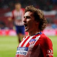 Le footballeur français célèbre après avoir marqué un but dans un match entre Valencia et l'Atlético à Madrid.