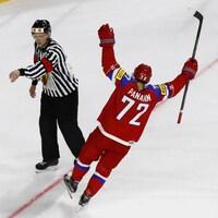 Panarin célèbre en levant les bras dans les airs dans l'uniforme russe.
