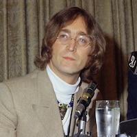 John Lennon participe à une conférence de presse en 1971.