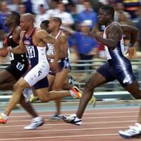 Bruny Surin (à gauche) court le 100 m aux Championnats du monde d'athlétisme de 1999 à Séville, en Espagne.