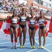 Elles prennent la pose avec des drapeaux canadiens.