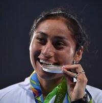 Elle croque à belles dents sa médaille d'argent aux Jeux de Rio en 2016.