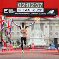 Le Kényan Eliud Kipchoge franchit la ligne d'arrivée pour remporter le marathon de Londres de 2019.