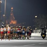 Les athlètes courent dans les rues de Doha, en pleine nuit, lors du marathon féminin des Championnats du monde d'athlétisme 2019 au Qatar.