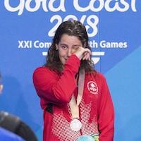 Elle essuie ses larmes après avoir remporté la médaille d'argent au 200 m paralympique aux Jeux du Commonwealth en 2018.