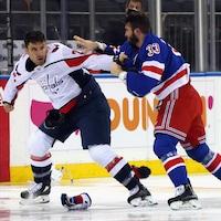 Deux joueurs se battent sur la glace.