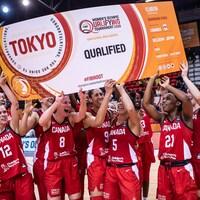 Les basketteuses canadiennes célèbrent leur qualification olympique.
