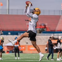 Benjamin St-Juste attrape un ballon durant un entraînement au Senior Bowl.