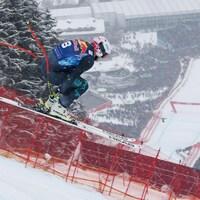 Un skieur en plein vol