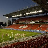 Le Toronto FC lors d'un match devant des gradins vides au BMO Field, à Toronto.