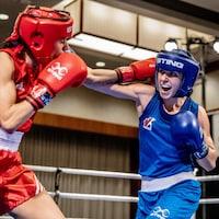 Deux boxeuses échangent des coups.