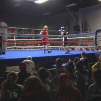 Deux boxeurs amateurs sur le ring.