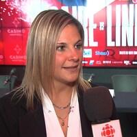 Elle répond aux questions du journaliste de Radio-Canada