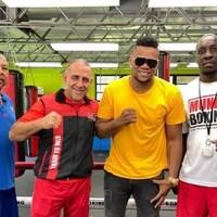 Quatre hommes dans un gymnase de boxe
