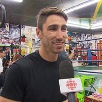 Il répond aux questions au micro de Radio-Canada.